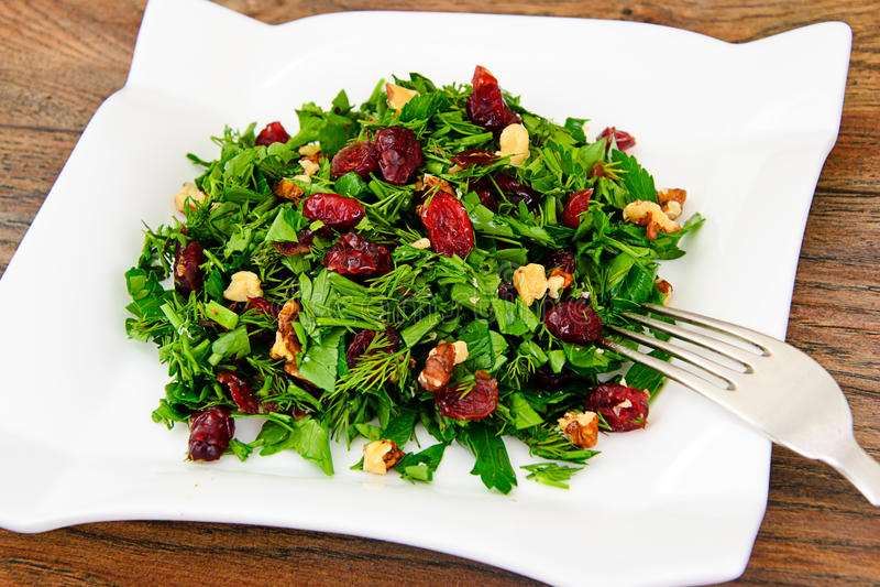 Salat mit Dill, Petersilie, Koriander, Walnüsse lizenzfreie stockfotos