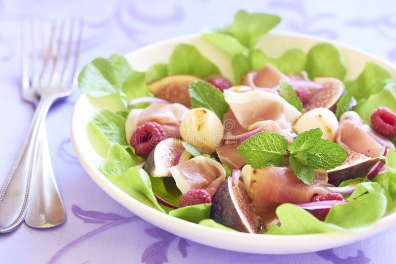 Salat mit Feigen, Mozzarella, Prosciutto und Himbeeren stockfotos