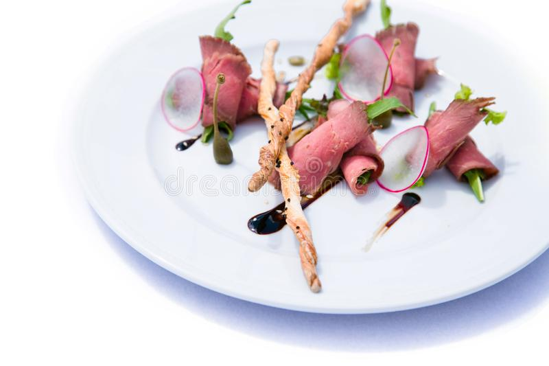 Salat mit Fleisch, Gemüse und knusprigen Broten lizenzfreies stockfoto