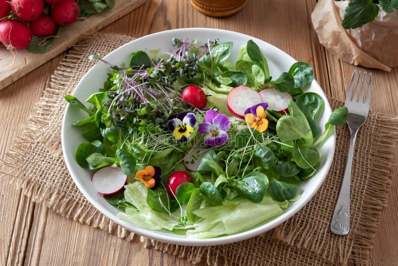 Salat mit frischem Brokkoli und Kohl microgreens und Pansies lizenzfreie stockfotos