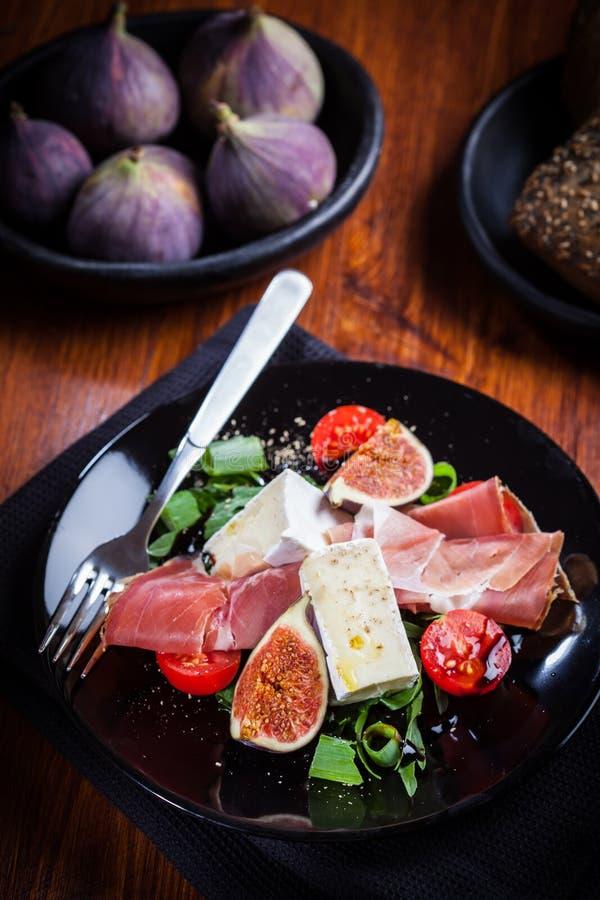 Salat mit frischen Feigen und Prosciutto stockfoto