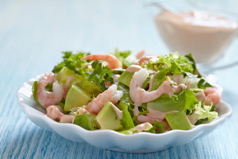 Salat mit Garnele und Avocado stockbild