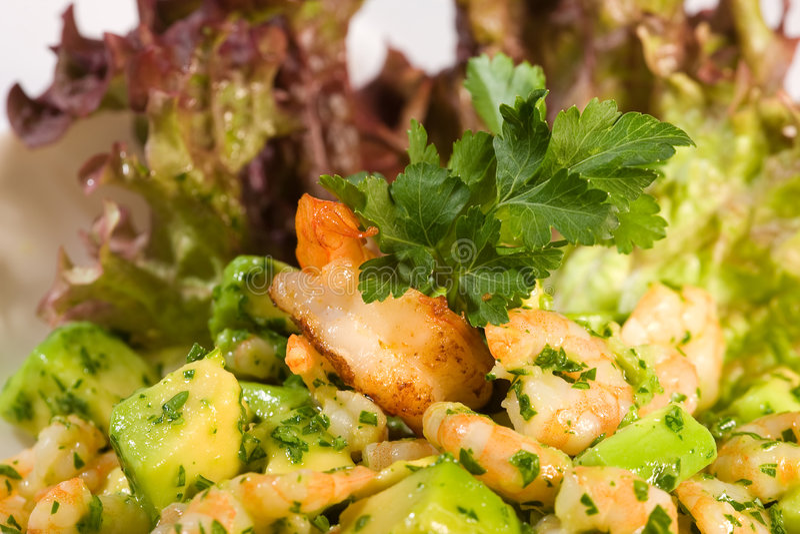 Salat mit Garnele und Avocado stockfotografie