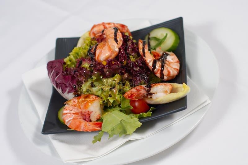 Salat mit Garnelen lizenzfreies stockbild