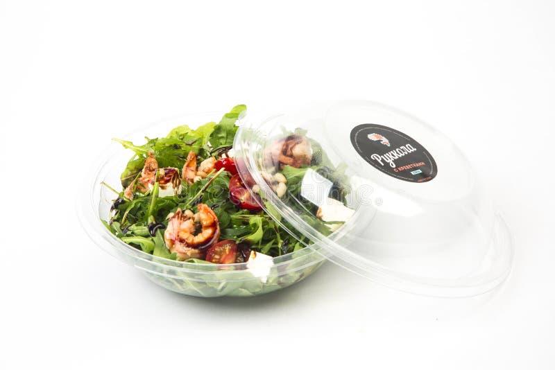Salat mit Garnelen, Tomaten und Arugula stockfotos