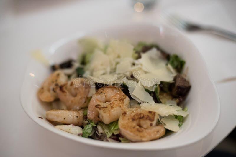Salat mit Garnelen und Rindfleisch lizenzfreie stockbilder