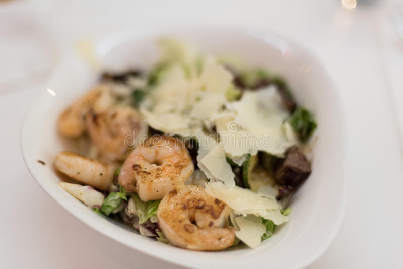 Salat mit Garnelen und Rindfleisch stockfoto