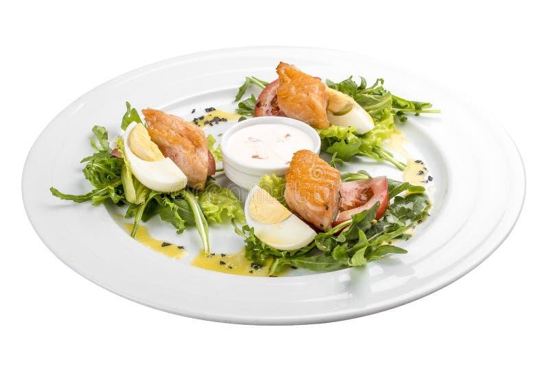 Salat mit gebackenen Lachsen im Olivenöl mit Tomaten und Ei stockfoto