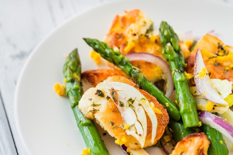 Salat mit gebratenem halloumi, Spargel und orange Eifer Abschluss oben stockfotografie