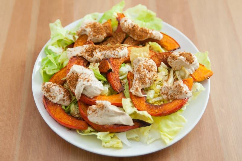 Salat mit gebratenem Kürbis und tahini stockfotos