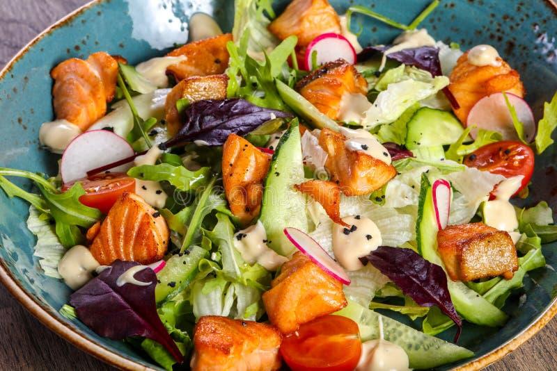 Salat mit gegrillten Lachsen lizenzfreie stockfotos