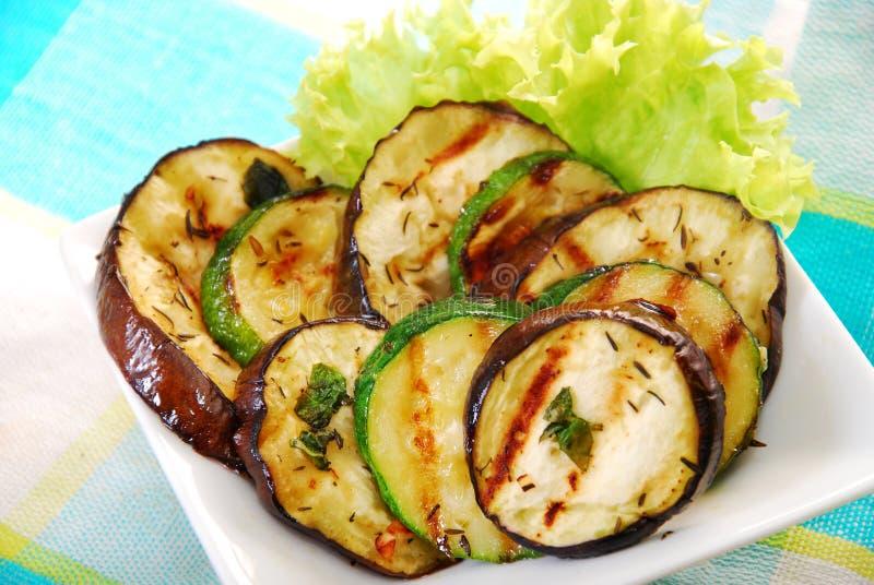 Salat mit gegrillter Aubergine und Zucchini lizenzfreies stockbild
