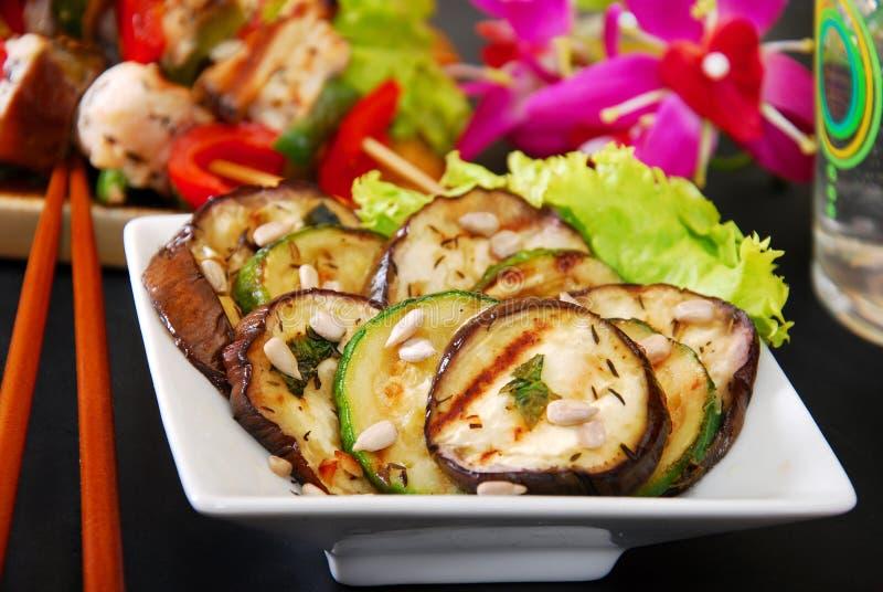Salat mit gegrillter Aubergine und Zucchini lizenzfreie stockfotos
