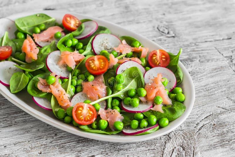 salat mit gr nen erbsen rettich kirschtomaten und spinat auf einer ovalen keramischen platte. Black Bedroom Furniture Sets. Home Design Ideas