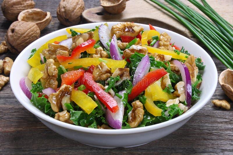 Salat mit Grünkohl und Walnüssen stockbild