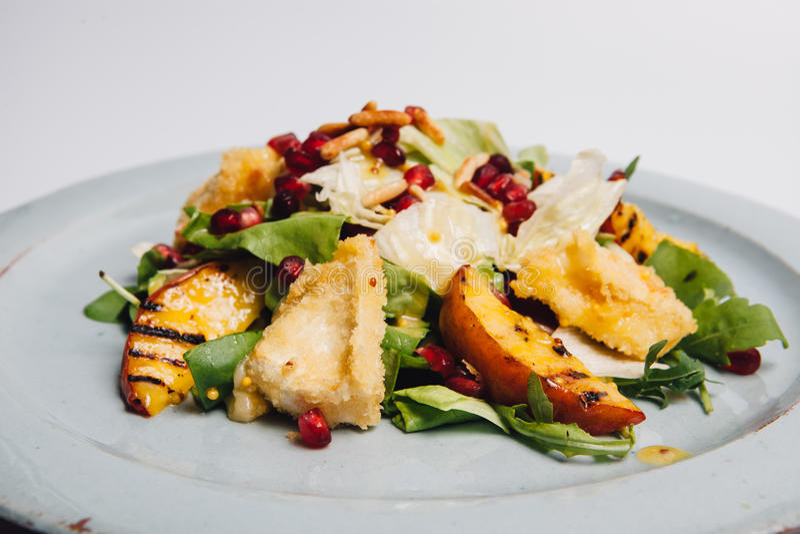 Salat mit Granatapfel lizenzfreies stockfoto