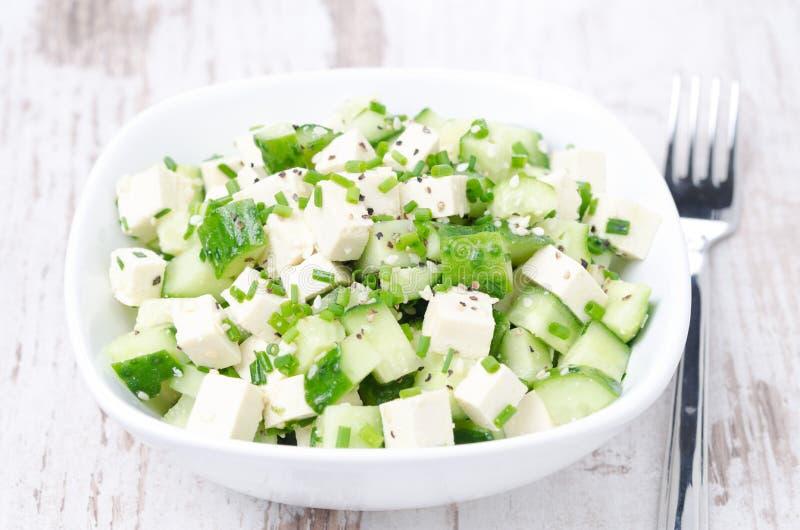 Salat mit Gurke, Tofu, Frühlingszwiebeln und Samen des indischen Sesams stockbild