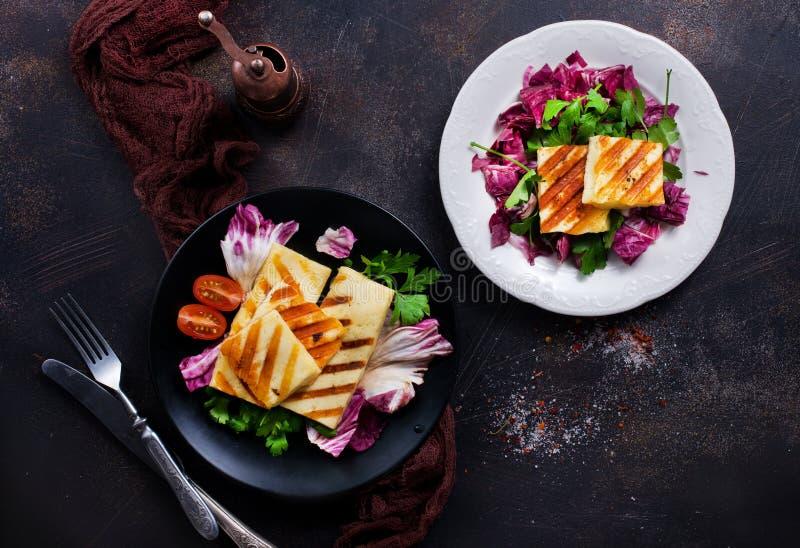 Salat mit halloumi lizenzfreie stockfotos