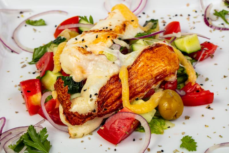 Salat mit Haloumi lizenzfreie stockfotografie