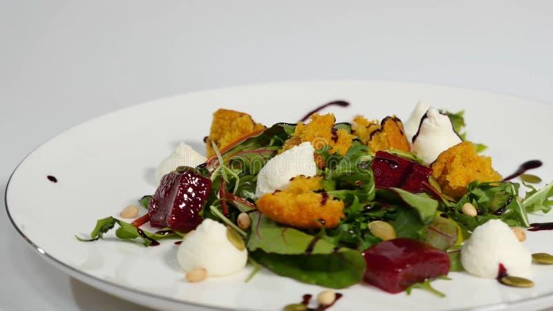 Salat mit Heringen, Rote-Bete-Wurzeln, Paprika, roter Zwiebel, Senf und Balsamico-Essig Salat des Kopfsalates, der Rote-Bete-Wurz lizenzfreie stockfotos