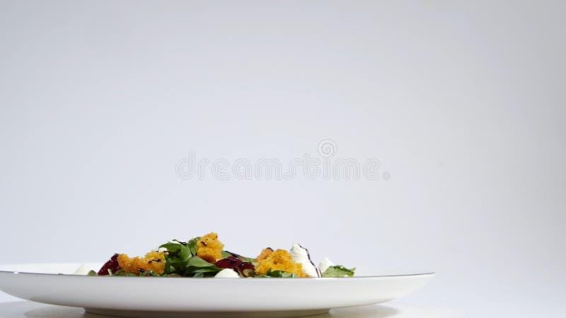 Salat mit Heringen, Rote-Bete-Wurzeln, Paprika, roter Zwiebel, Senf und Balsamico-Essig Salat des Kopfsalates, der Rote-Bete-Wurz stockfotos
