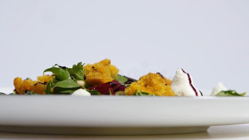 Salat mit Heringen, Rote-Bete-Wurzeln, Paprika, roter Zwiebel, Senf und Balsamico-Essig Salat des Kopfsalates, der Rote-Bete-Wurz stockbilder
