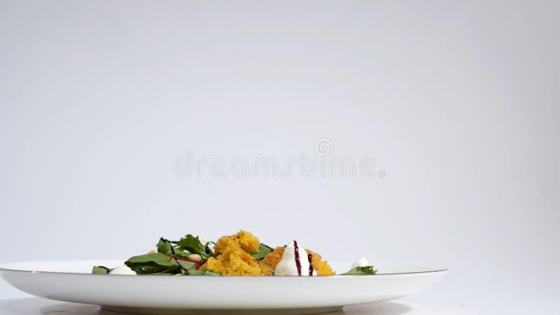 Salat mit Heringen, Rote-Bete-Wurzeln, Paprika, roter Zwiebel, Senf und Balsamico-Essig Salat des Kopfsalates, der Rote-Bete-Wurz stockbild
