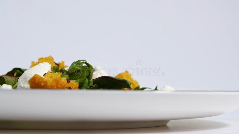 Salat mit Heringen, Rote-Bete-Wurzeln, Paprika, roter Zwiebel, Senf und Balsamico-Essig Salat des Kopfsalates, der Rote-Bete-Wurz lizenzfreies stockfoto