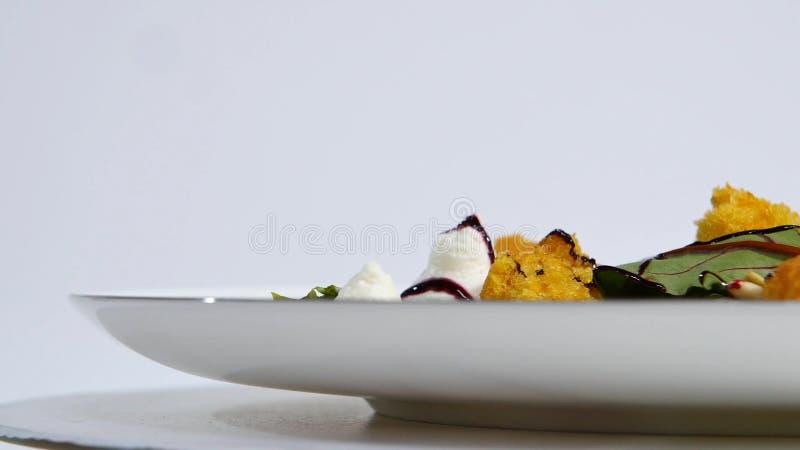Salat mit Heringen, Rote-Bete-Wurzeln, Paprika, roter Zwiebel, Senf und Balsamico-Essig Salat des Kopfsalates, der Rote-Bete-Wurz lizenzfreie stockbilder