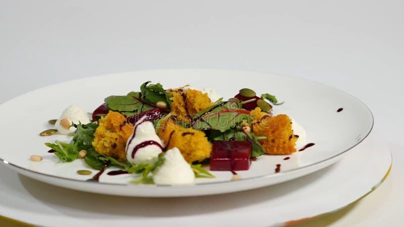 Salat mit Heringen, Rote-Bete-Wurzeln, Paprika, roter Zwiebel, Senf und Balsamico-Essig Salat des Kopfsalates, der Rote-Bete-Wurz lizenzfreie stockfotografie