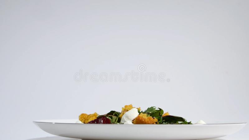 Salat mit Heringen, Rote-Bete-Wurzeln, Paprika, roter Zwiebel, Senf und Balsamico-Essig Salat des Kopfsalates, der Rote-Bete-Wurz stockfoto