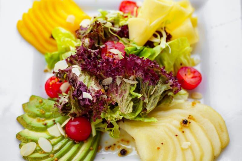 Salat mit Kirschtomaten und mariniert stockfotos