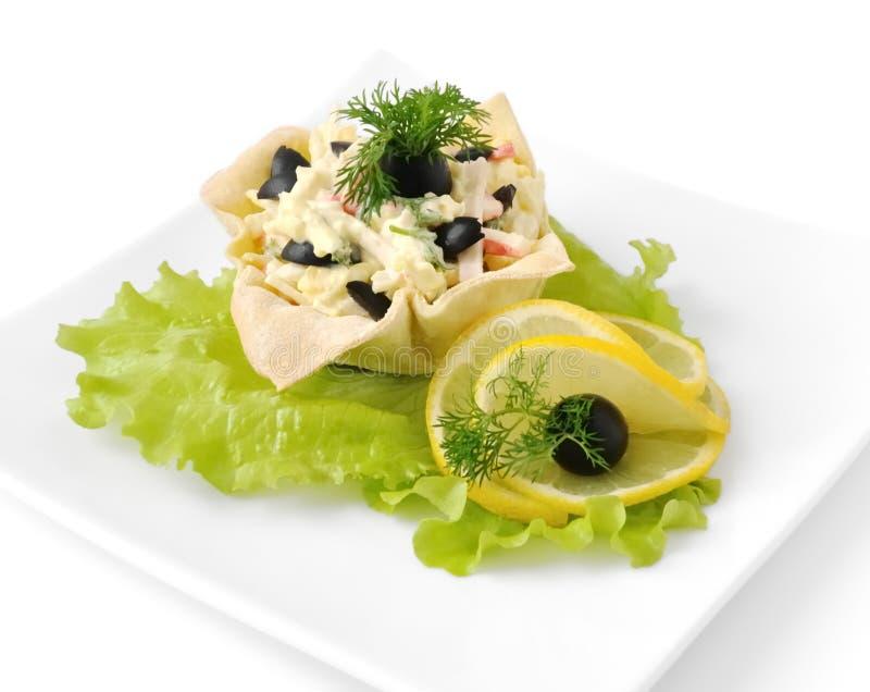 Salat mit Krabbenfleisch in einem Korb stockfoto
