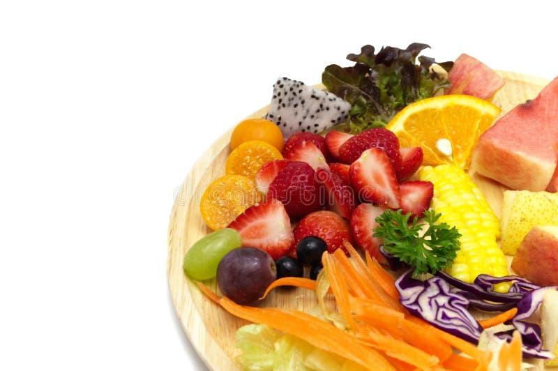 Salat mit Mischobst und gemüse in der hölzernen Platte stockbilder