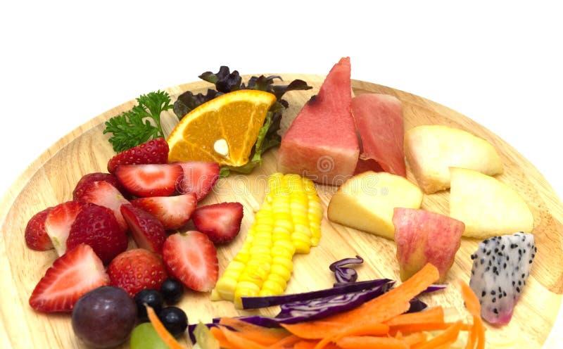 Salat mit Mischobst und gemüse in der hölzernen Platte stockfoto