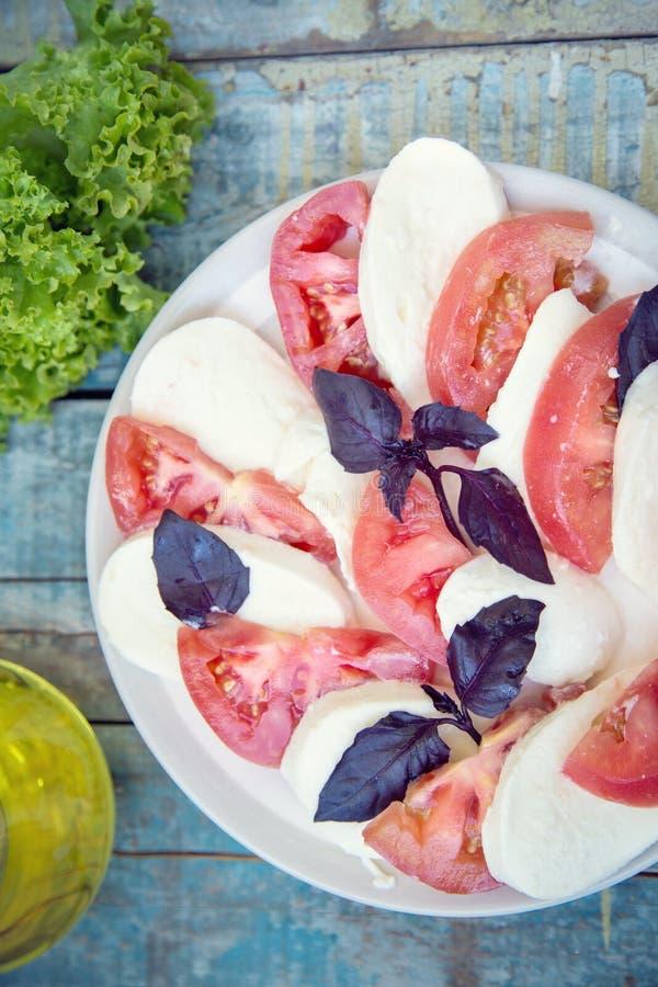 Salat mit Mozzarella stockbilder