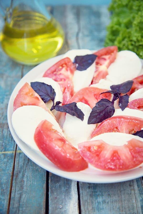 Salat mit Mozzarella lizenzfreie stockfotos