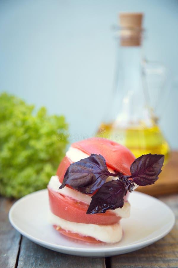 Salat mit Mozzarella lizenzfreies stockbild