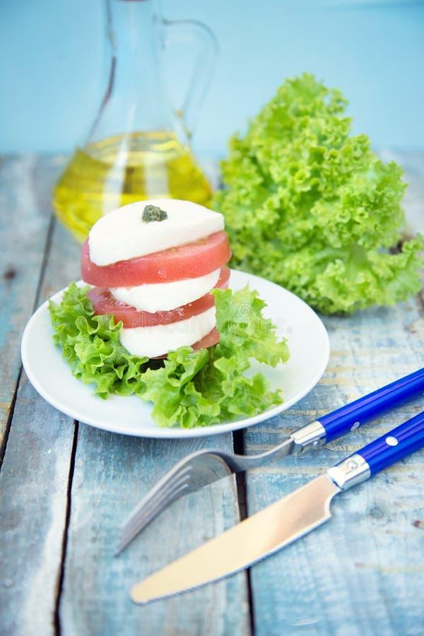 Salat mit Mozzarella stockfoto