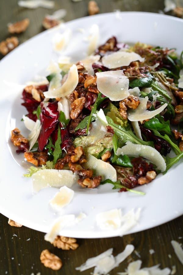 Salat mit Muttern stockfotografie