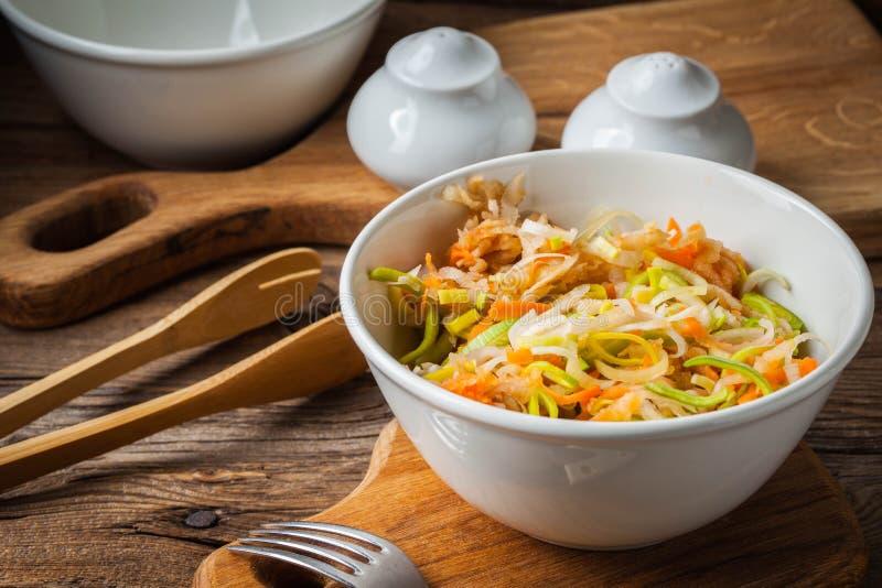 Salat mit Porree, Karotten und Äpfeln stockbild