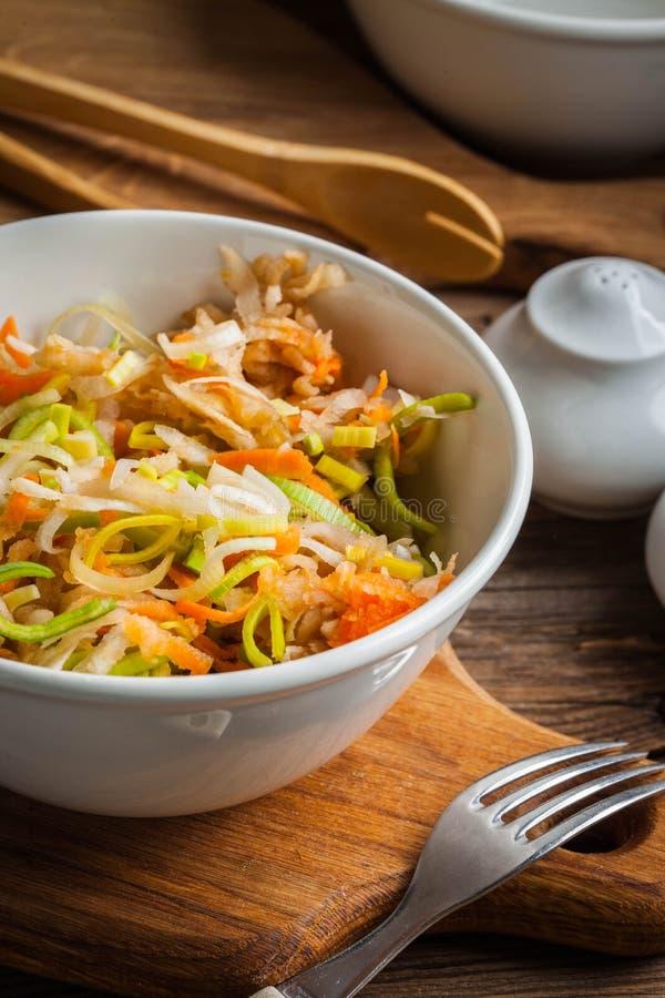 Salat mit Porree, Karotten und ?pfeln lizenzfreies stockbild