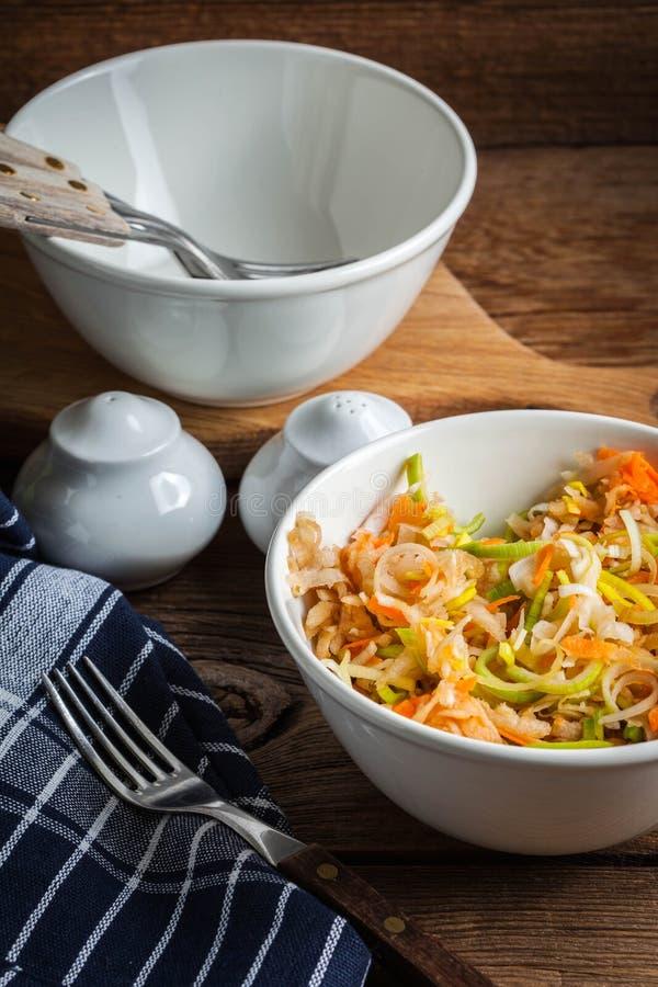 Salat mit Porree, Karotten und ?pfeln stockfoto