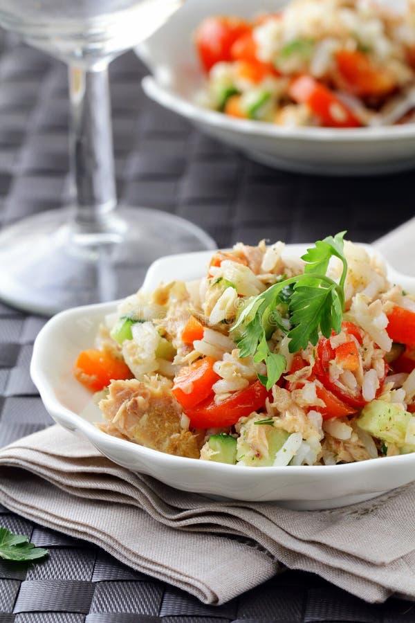 Salat mit Reis und Thunfisch stockfotos