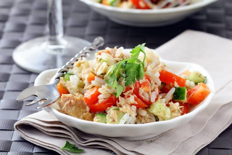 Salat mit Reis und Thunfisch stockfoto