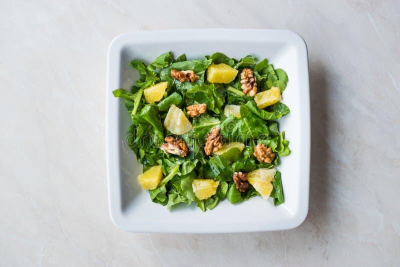 Salat mit Rocket Leaves, Orange und Walnüssen/Arugula oder Rucola lizenzfreie stockfotos