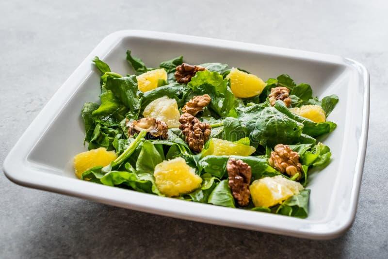 Salat mit Rocket Leaves, Orange und Walnüssen/Arugula oder Rucola lizenzfreies stockbild