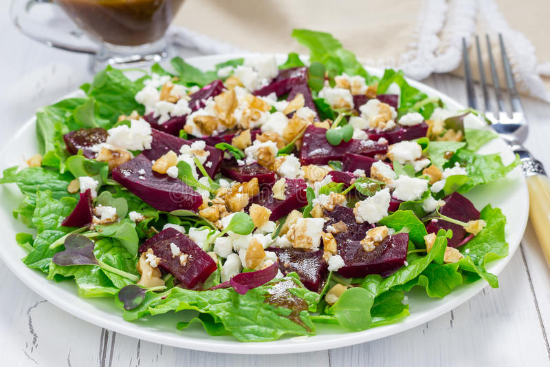 Salat mit roten Rüben, Feta und Walnüssen lizenzfreies stockfoto
