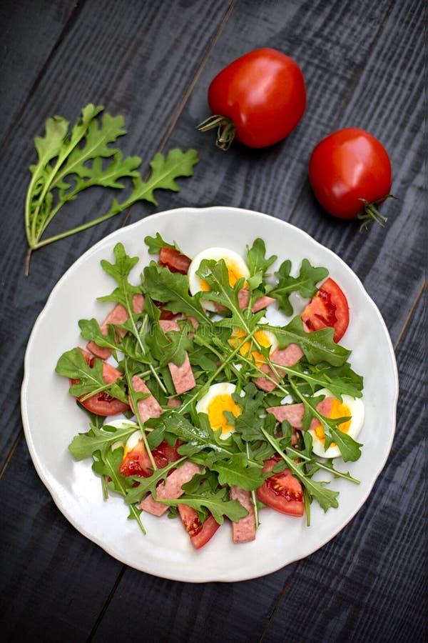 Salat mit rucola, Tomate, Eiern und Schinken lizenzfreie stockfotografie