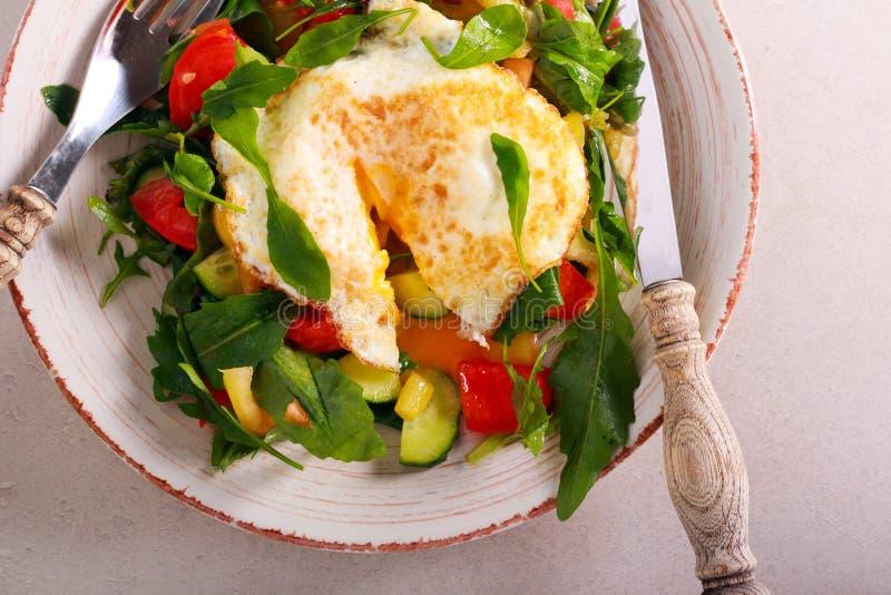Salat mit Spiegelei auf die Oberseite lizenzfreie stockfotos